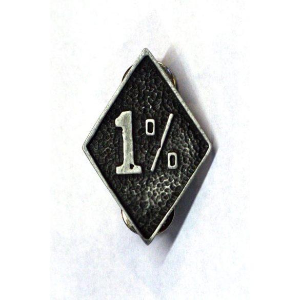 1% fém kitűző